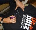 Loy Medonsa signs a DESIblitz.com t-shirt