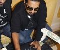 Shankar Mahadevan signs a DESIblitz.com t-shirt