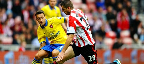 Sunderland vs Arsenal mesut ozil tackle