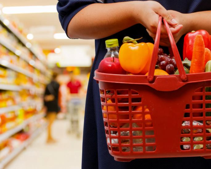 सुपरमार्केट में एक बजट पर स्वस्थ खरीदारी - टोकरी