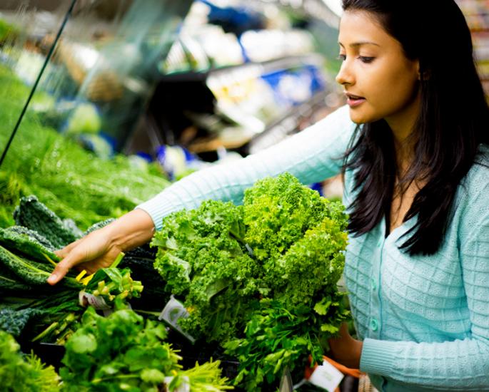 सुपरमार्केट में एक बजट पर स्वस्थ खरीदारी - दक्षिण एशियाई