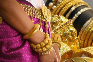 Hundreds of thousands of pounds worth of Indian gold jewellery had been stolen from a jeweller in an armed heist in Coventry.