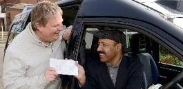 ईमानदार टैक्सी चालक यात्री को £ 10,000 देता है