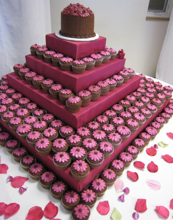 DESIblitz immerses into the world of wedding cakes and brings you some of the most unique designs!