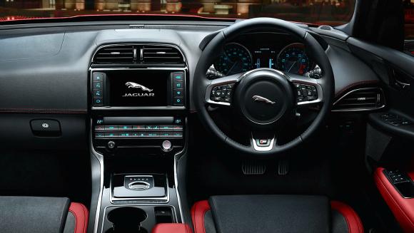 Jaguar XE mErcedes C-class int jag