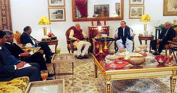 Modi meets Sharif in Surprise visit to Pakistan
