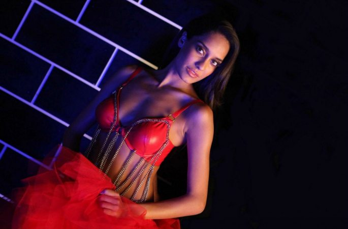 Hot-Looks-Lisa-Haydon-Red