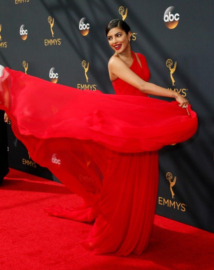 Priyanka Chopra swoons over Tom Hiddleston at Emmys 2016?