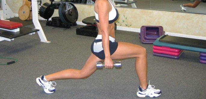 exercise-glutes-walking-lunges