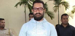 आमिर खान नोज़ स्टड पहने हुए नज़र आए और यह पूरी तरह से कूल लग रहा है!