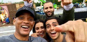 Main cast of Aladdin posing for a selfie