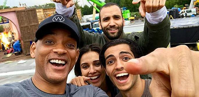 Main cast of Aladdin posing for a selfie
