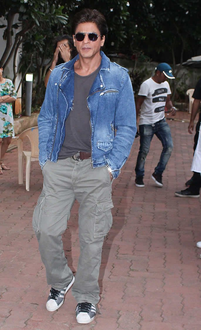 10 Top Casual looks of Bollywood Actors - SRK blue