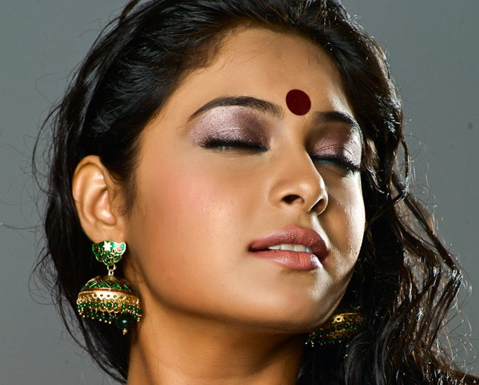 20 Bindi Designs which are Very Fashionable - Oversized