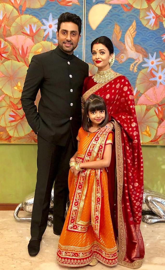 10 Amazing Fashion Looks of Aishwarya Rai Bachchan - family saree