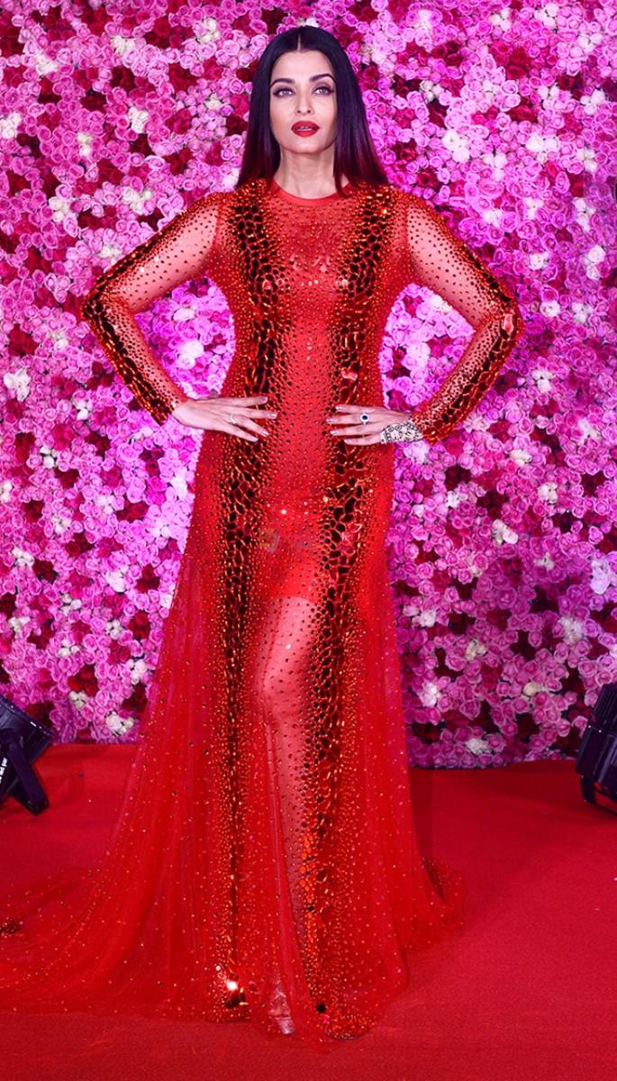 10 Amazing Fashion Looks of Aishwarya Rai Bachchan - Red Dress at Awards