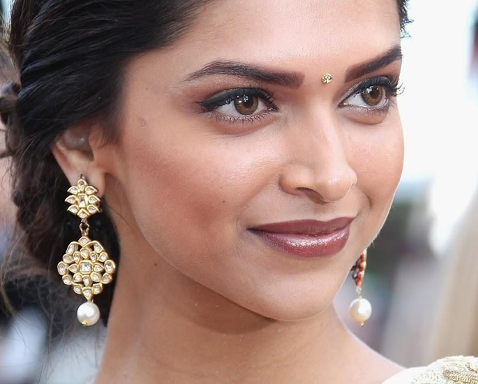 20 Bindi Designs which are Very Fashionable - Star