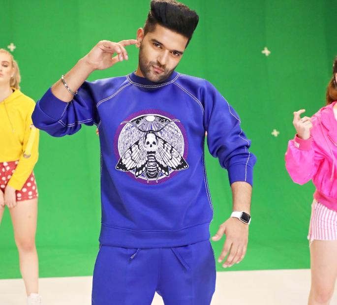 Guru Randhawa releases New Year Anthem with 'Tere Te' - Guru Randhawa Fashionable Sweatshirt
