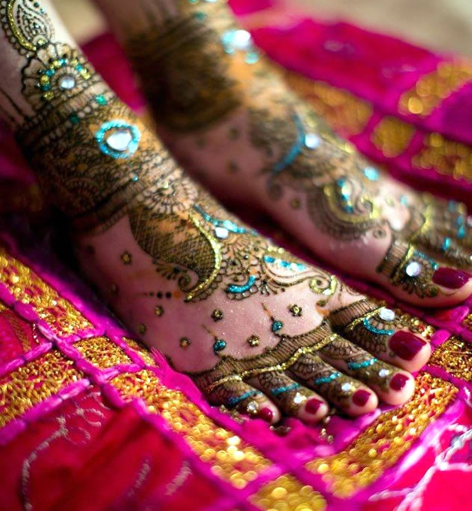10 Feet Henna Designs that are Beautiful for Weddings - glitter beads