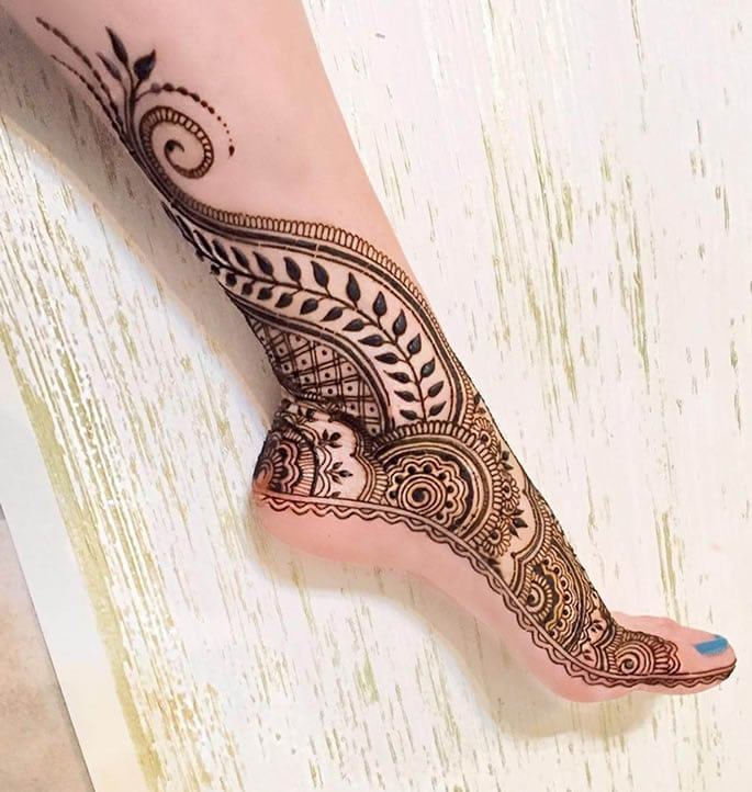 10 Feet Henna Designs that are Beautiful for Weddings - side style