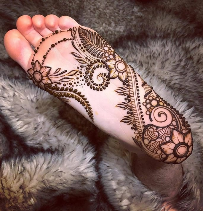 12 Feet Henna Designs that are Beautiful for Weddings - soles