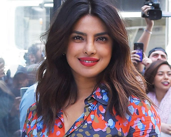 Priyanka Chopra Mindy Kaling to Star in Indian Wedding Comedy - priyanka