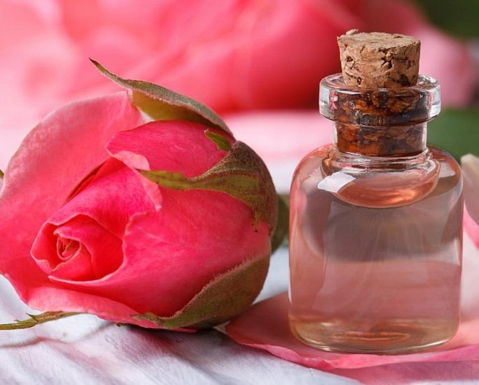 20 Pakistani Beauty Secrets to Try at Home - rose water