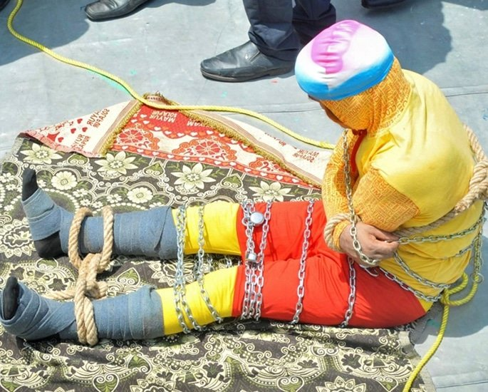 Indian Magician drowns in River attempting 'Houdini' trick