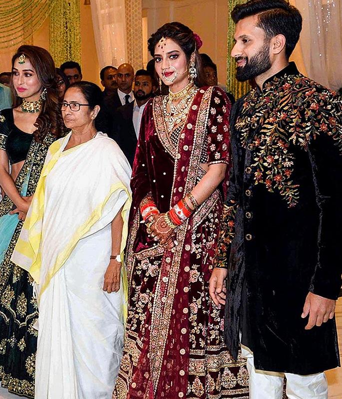 Actress Nusrat Jahan marries Nikhil Jain with Grand Reception 2