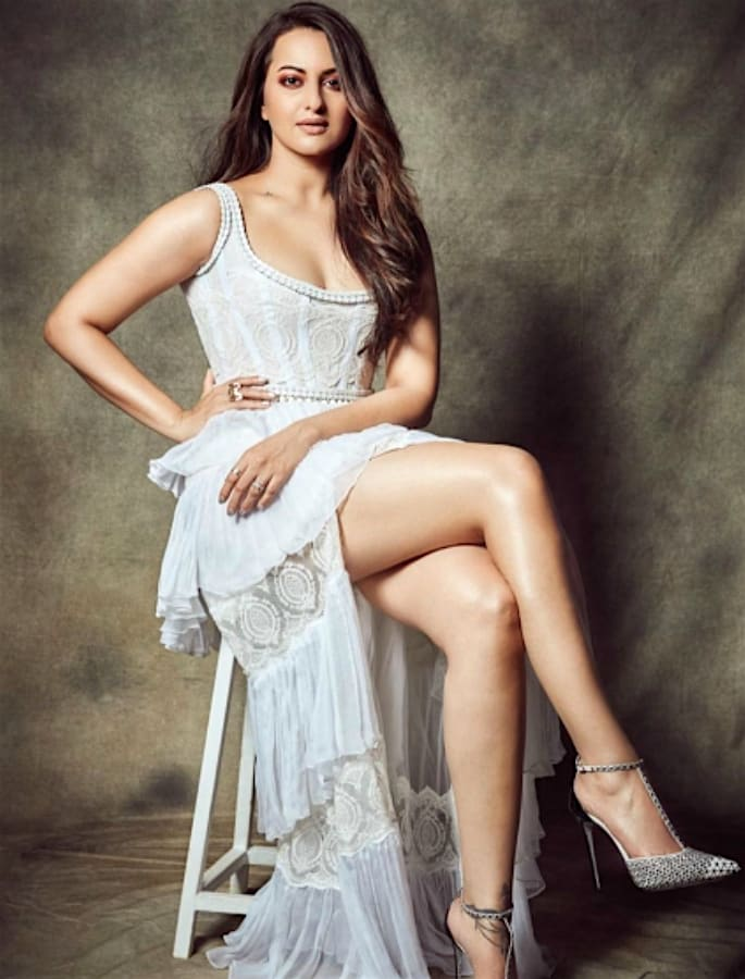 Sonakshi Sinha caught copying Malaika Arora's Dress - sonakshi