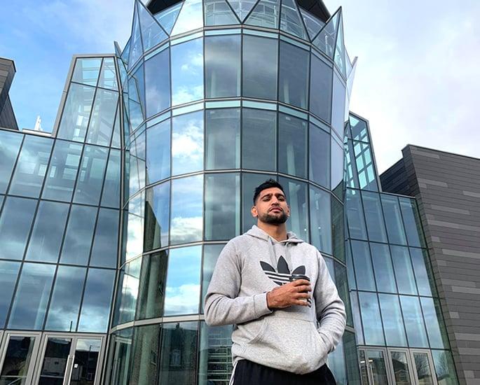 बॉक्सर आमिर ख़ान कहते हैं कि अपने £ 5 मीटर वेडिंग वेन्यू पर काम शुरू करें