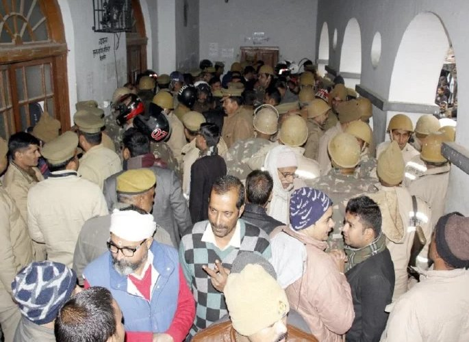 Accused Murderer shot inside Indian Court creating Chaos - police