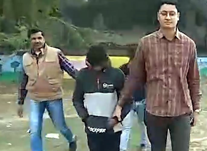 Indian 'Anti-Romeo' Girls Beat Culprits & Handover to Police - Cops