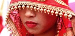 La sposa indiana si rifiuta di sposare lo sposo ubriaco incapace di alzarsi