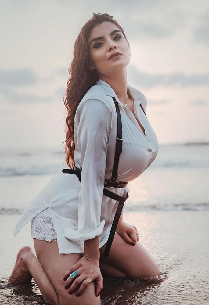 10 Stunning and Sensual Looks of Avenshi Jain - beach