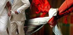 বরের বাবা ভারতীয় বিবাহ অনুষ্ঠানে বধূ মায়ের সাথে চলে যান