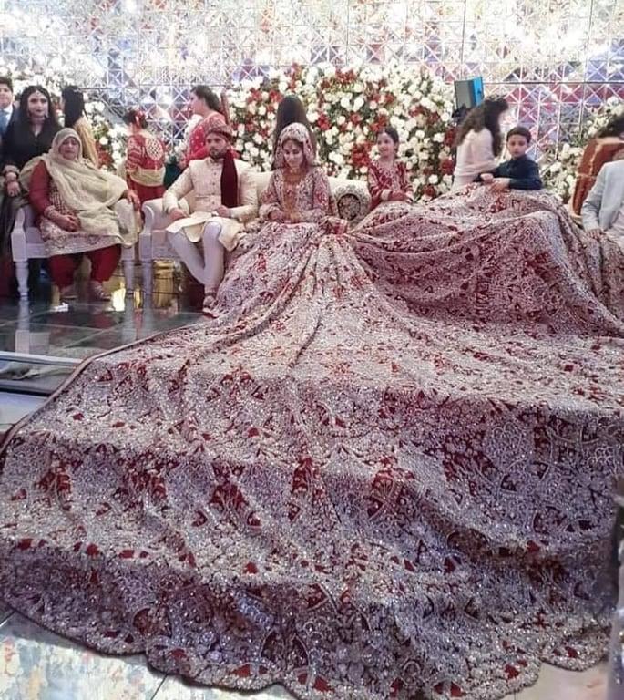 Pakistani Bride gets Trolled for her 100kg Bridal Dress - dupatta