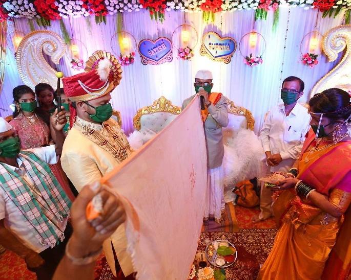 Harusi za India hufanyika na Masks On wakati wa COVID-19 - harusi2