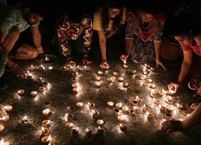 কওভিড -19 - পরিবারের বিরুদ্ধে প্রতীকী লড়াইয়ের জন্য ভারত আলোকপাত করেছে