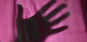 Un uomo indiano ha violentato una donna ipovedente mentre il marito era bloccato f