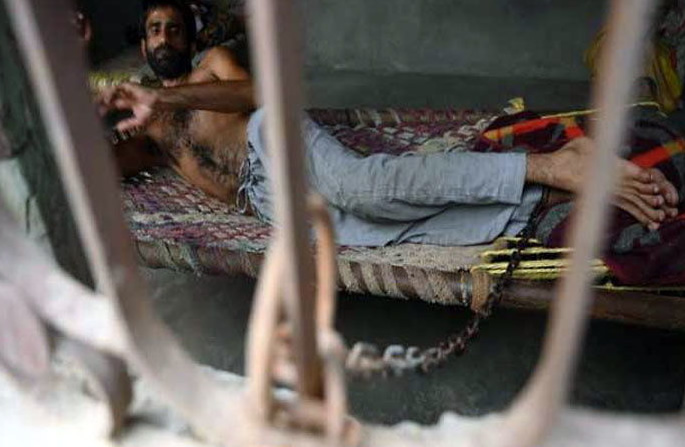 ইন্ডিয়ান ম্যান শৃঙ্খলাবদ্ধভাবে 7 বছরের জন্য শ্বশুরবাড়িতে আবদ্ধ - বিছানায়