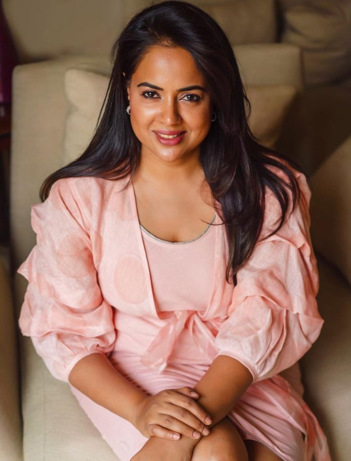 Sameera Reddy reveals 'Crazy Things' she did to Fit In - pink