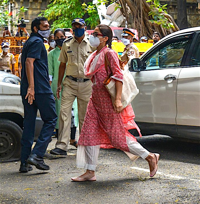 इंटरव्यू - सारा के बाद NCB द्वारा दीपिका और श्रद्धा का फ़ोन जब्त