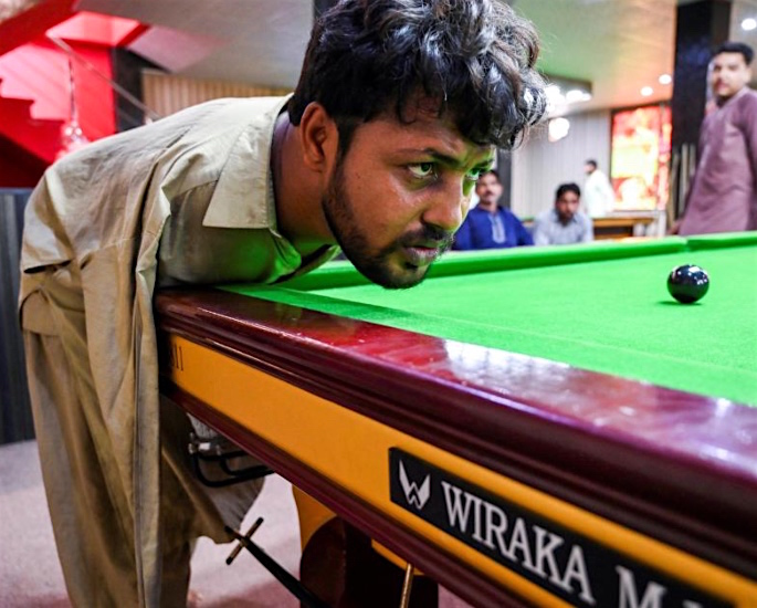 Pakistani Snooker Player born Without Arms flourishes in Game - playing