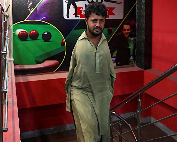 Pakistani Snooker Player born Without Arms flourishes in Game - stairs