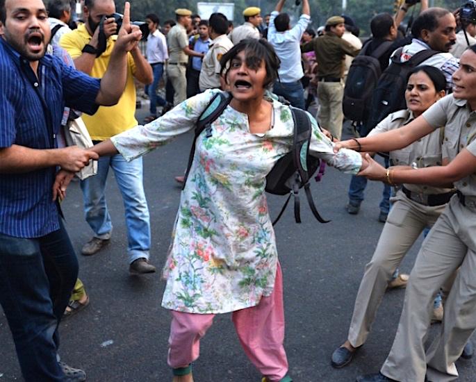 ہندوستان میں پیار کا عوامی مظاہرہ - محبت کا بوسہ