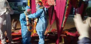 वधूंनी कोविड -१ cont चा करार केल्यानंतर संपूर्ण पीपीईमध्ये लग्न केले