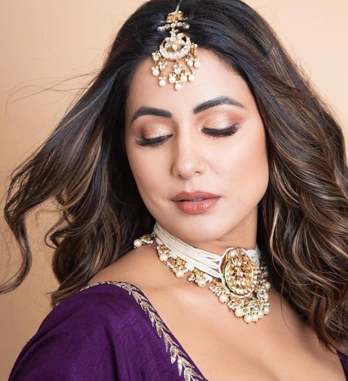हिना खान ने पर्पल लहंगे 4 के साथ वेडिंग वाइब्स दिया