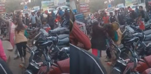 Vicious Fight erupts Between Indian Women in Public f