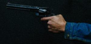 भारतीय पोलिस निरीक्षक लाच घेतात आणि अधिका officer्याला पिस्तौलाने धमकावतात